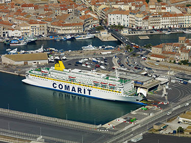 Photo aérienne du ferry Comarit dans le port de Sète